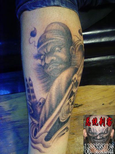 纹身图案钟馗捉鬼,就像屏障一样成为了护身符,寓意着对外界不良作风的